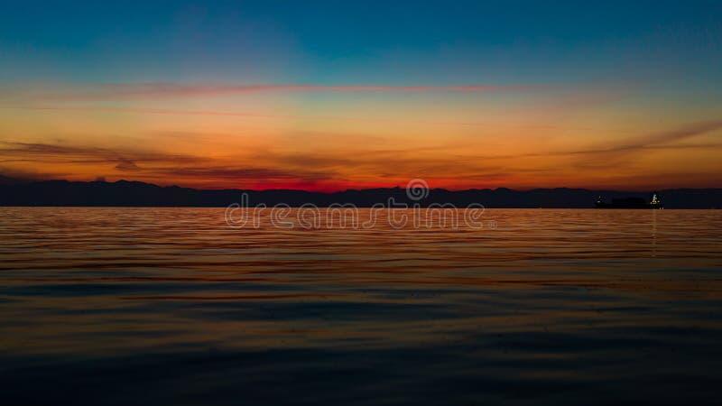 Ruhige Meerblick-Szene, mit schönem nach Sonnenuntergangorangencol. stockfotografie