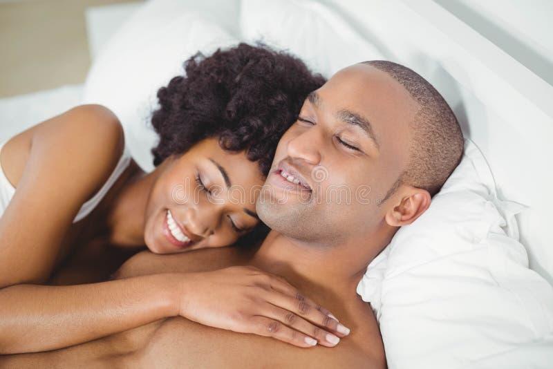 Ruhige Paare auf dem Bett lizenzfreie stockbilder