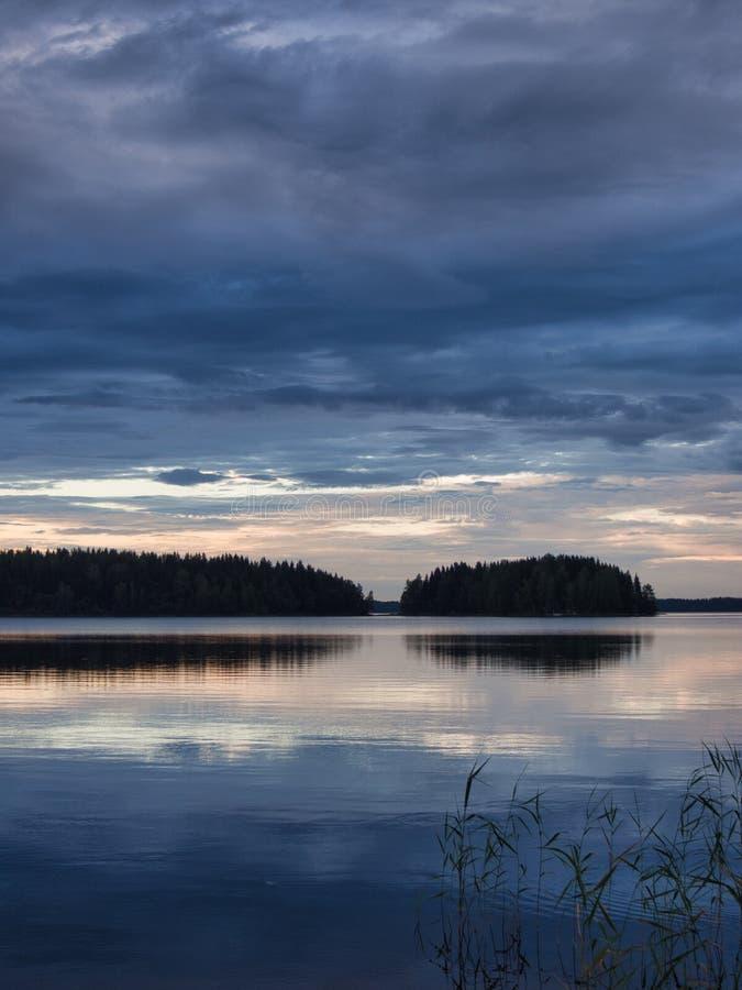 Ruhige Sommernacht in Finnland lizenzfreies stockfoto
