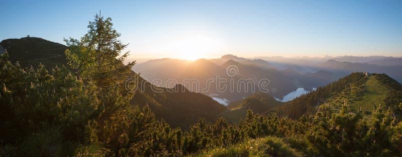 Ruhige Sonnenaufganglandschaft in den bayerischen Bergen lizenzfreie stockfotografie