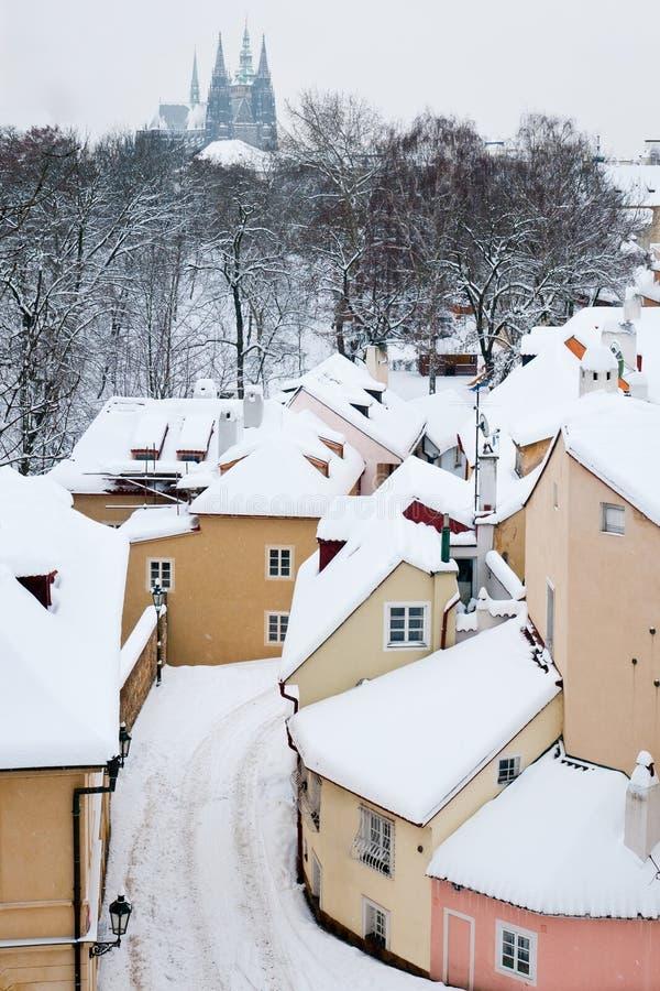 Ruhige Straße mit kleinen Häusern im Schnee bedeckte Prag lizenzfreies stockfoto