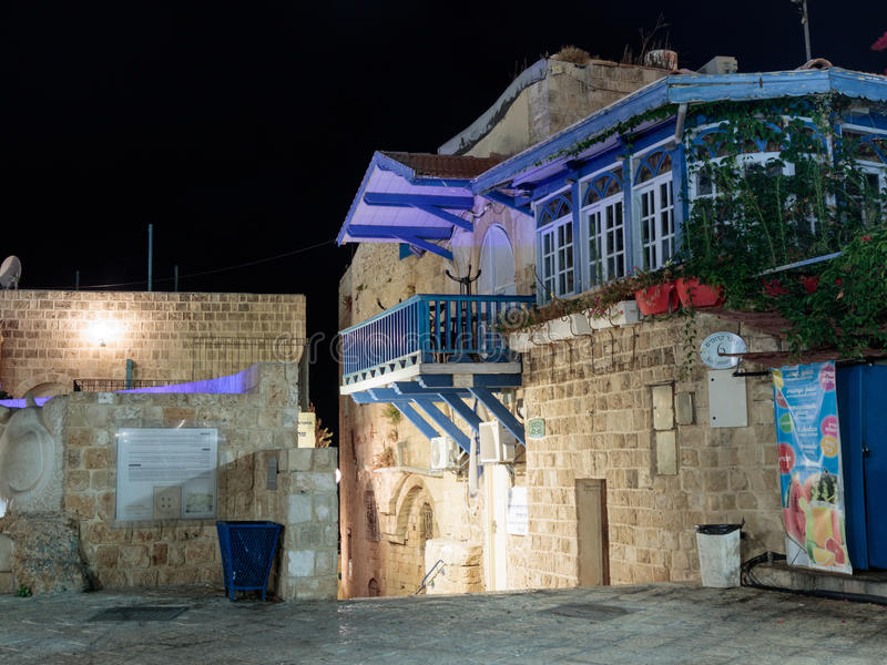 Ruhige Straßen der alten Stadt von Yafo nachts Wegzeichen der Tierkreis Waage in der alten Stadt Yafo, Israel lizenzfreies stockfoto