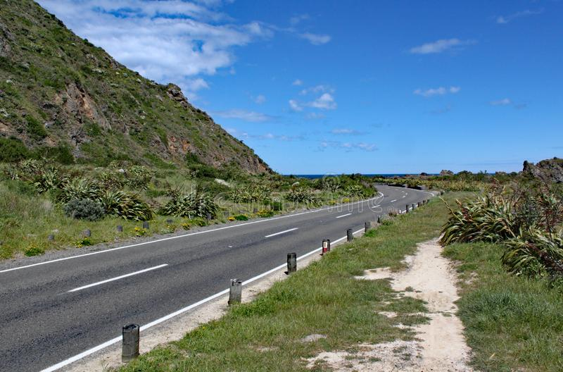 Ruhige und ruhige Küstenstraße nahe Wellington, Neuseeland stockbild
