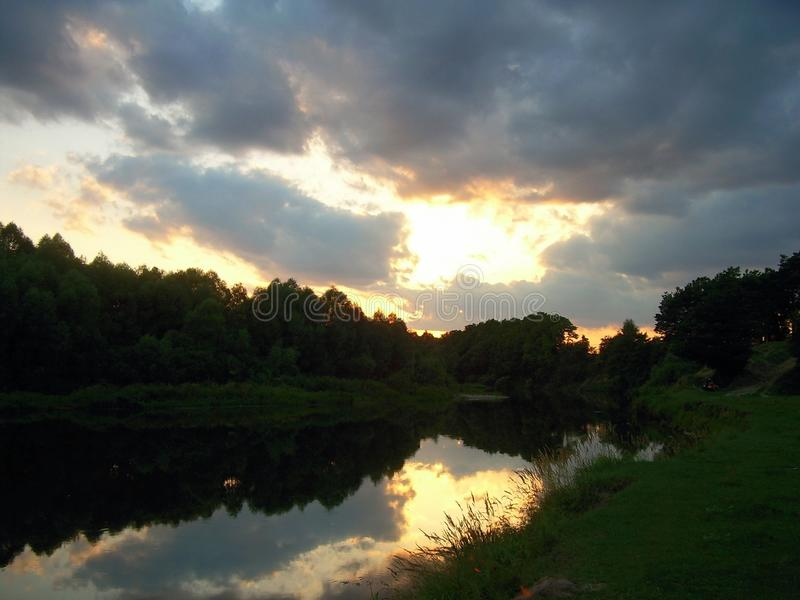 Ruhiger Abend auf der Flussbank stockbild
