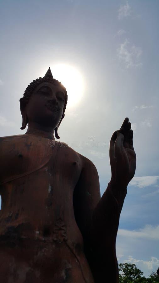 Ruhiger Buddha mit der Sonne und weniger Wolke im Himmel an historischem stockfoto