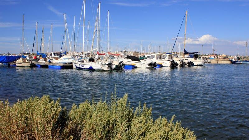 Download Ruhiger bunter Yacht-Hafen redaktionelles bild. Bild von wolke - 96931630