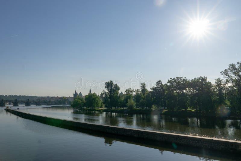 Ruhiger Fluss unter der Morgensonne lizenzfreies stockfoto