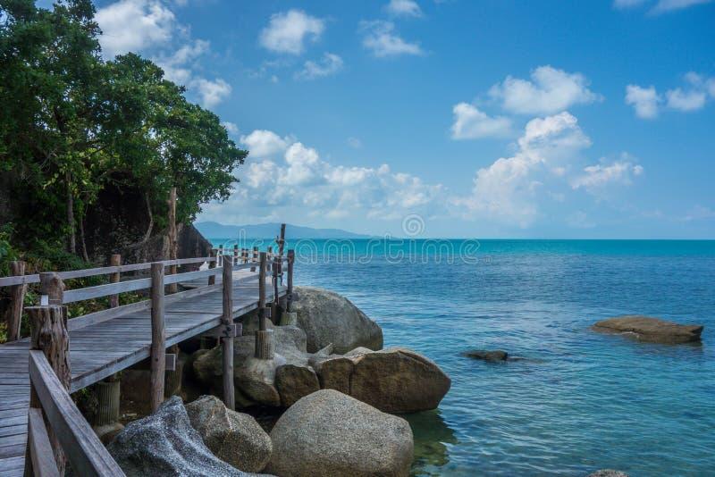 Ruhiger Gehweg entlang Insel-Küste lizenzfreie stockfotografie