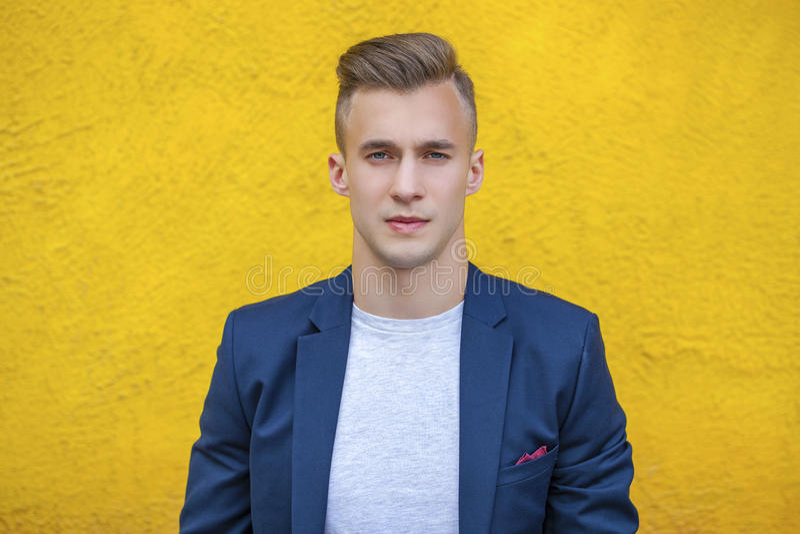 Ruhiger gutaussehender Mann auf dem Hintergrund der Sommerstraße lizenzfreies stockfoto