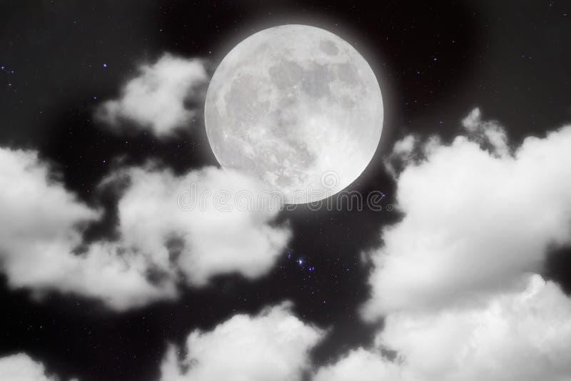 Ruhiger Hintergrund, nächtlicher Himmel mit Vollmond, Sterne, schöne Wolken lizenzfreie stockbilder