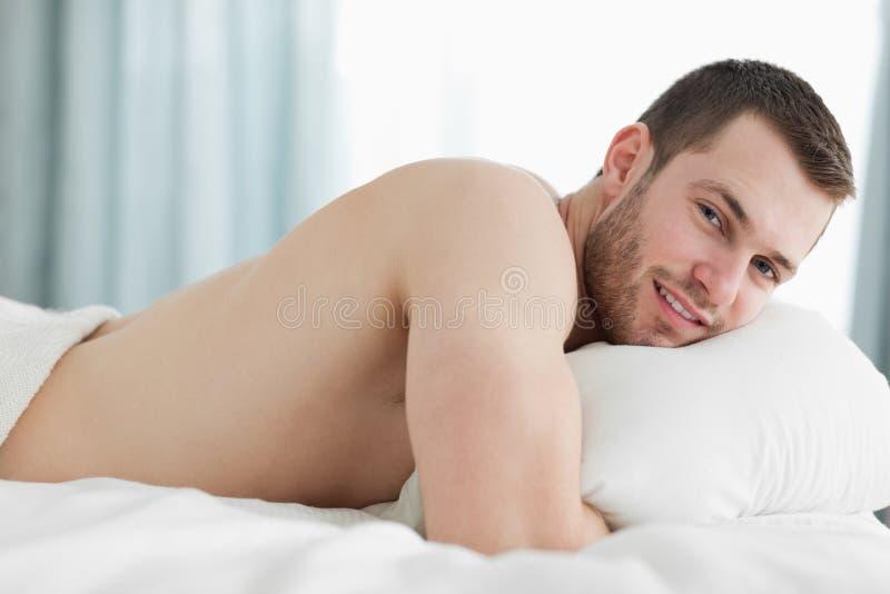 Ruhiger Mann, der auf seinem Bauch liegt lizenzfreie stockbilder