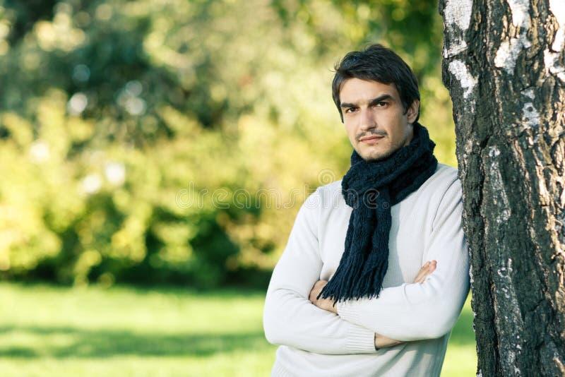 Ruhiger Mann im Schal draußen lizenzfreie stockfotos