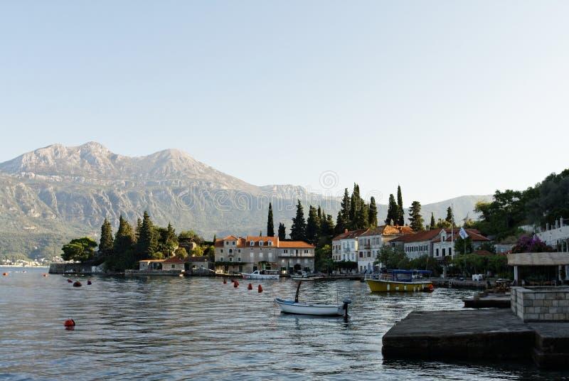 Ruhiger Morgen an einem Schlafendorf Rose, Montenegro stockbilder
