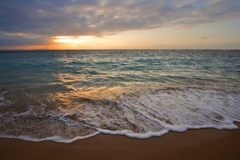 Ruhiger Ozean während des tropischen Sonnenaufgangs lizenzfreie stockbilder