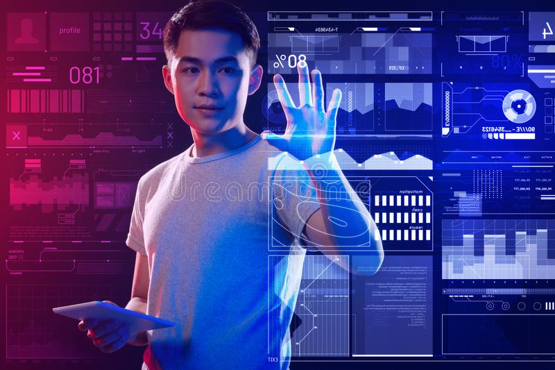 Ruhiger Programmierer, der seine Arbeit beendet und zufrieden gestellt schaut lizenzfreie stockbilder