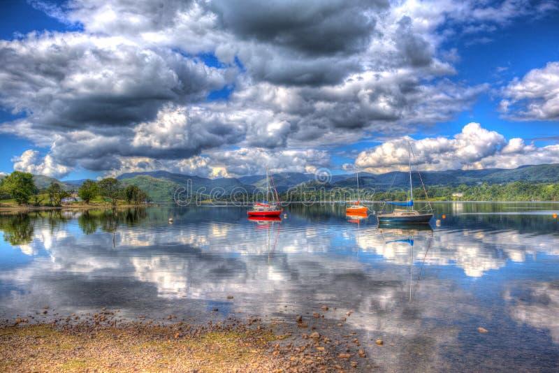 Ruhiger ruhiger See mit roten orange und blauen Segelbooten in HDR Ullswater die englischen Seen stockfoto