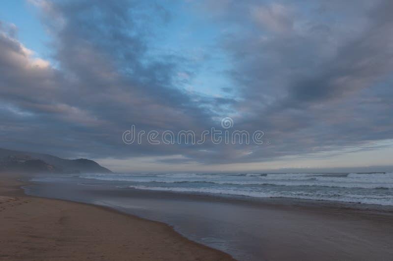 Ruhiger sandiger Strand bei Brenton auf Meer, Knysna, fotografiert bei Sonnenuntergang, S?dafrika stockbild