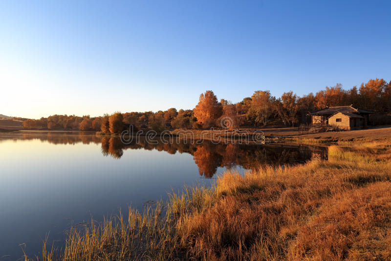 Ruhiger See im Herbst stockfotos