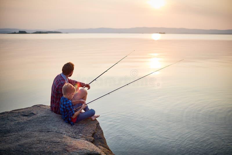 Ruhiger Sommer-Abend für die Fischerei stockbild
