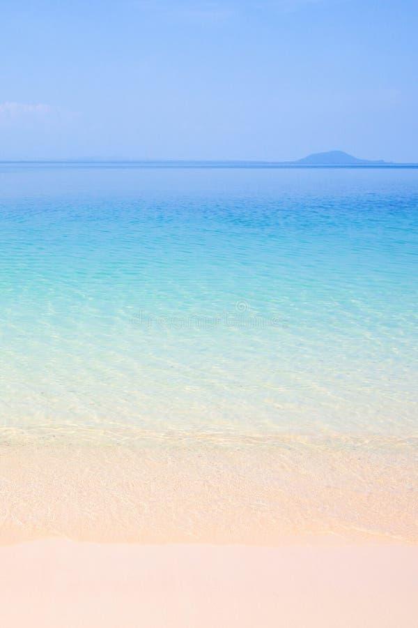 Ruhiger Sommer, Türkisblaumeerwasser und hellblauer Himmel, bea lizenzfreie stockbilder