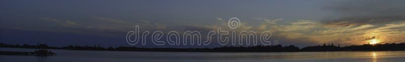 ruhiger Sonnenuntergang über Palic, mystisch lizenzfreies stockfoto