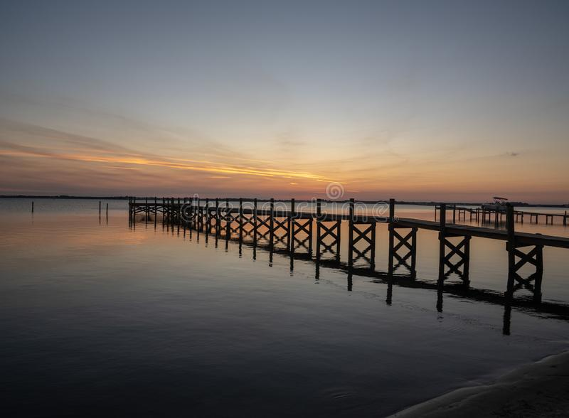 Ruhiger Sonnenuntergang auf indischer Fluss-Lagune lizenzfreies stockbild