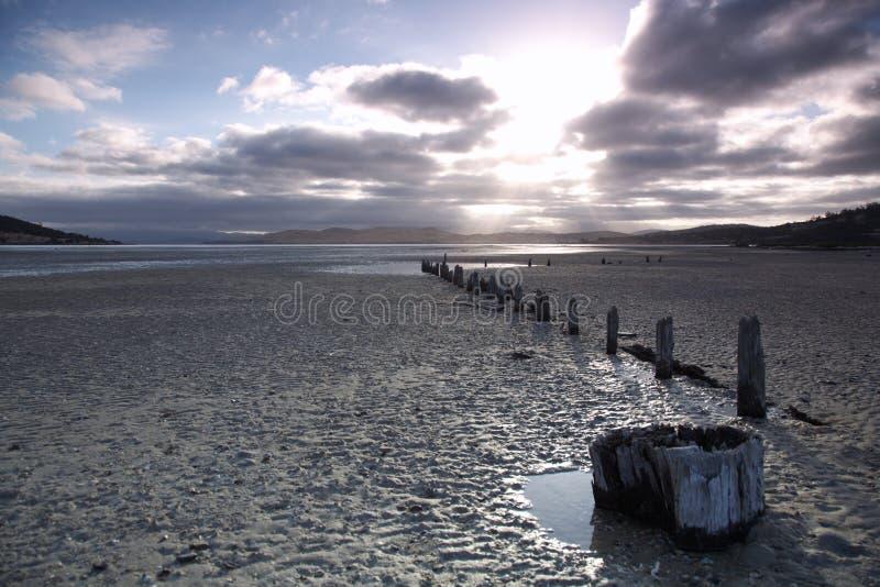 Ruhiger Sonnenuntergang auf Strand in Tasmanien lizenzfreies stockbild