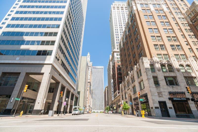 Ruhiger Straßenbildschatten auf unteren Highrisegebäudeniveaus schauen stockfotos