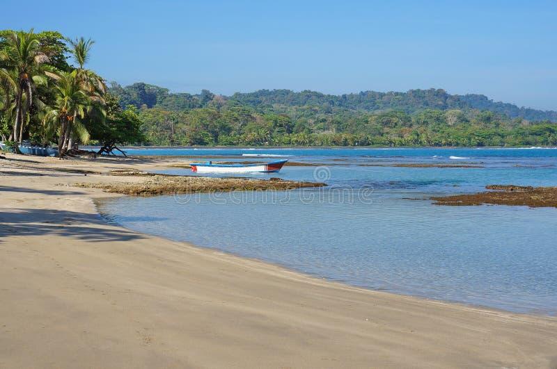Ruhiger Strand auf karibischer Küste von Costa Rica lizenzfreie stockbilder