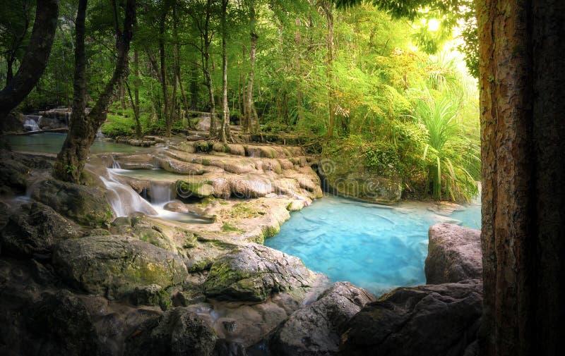 Ruhiger und ruhiger Naturhintergrund von schönem Fluss lizenzfreie stockfotografie