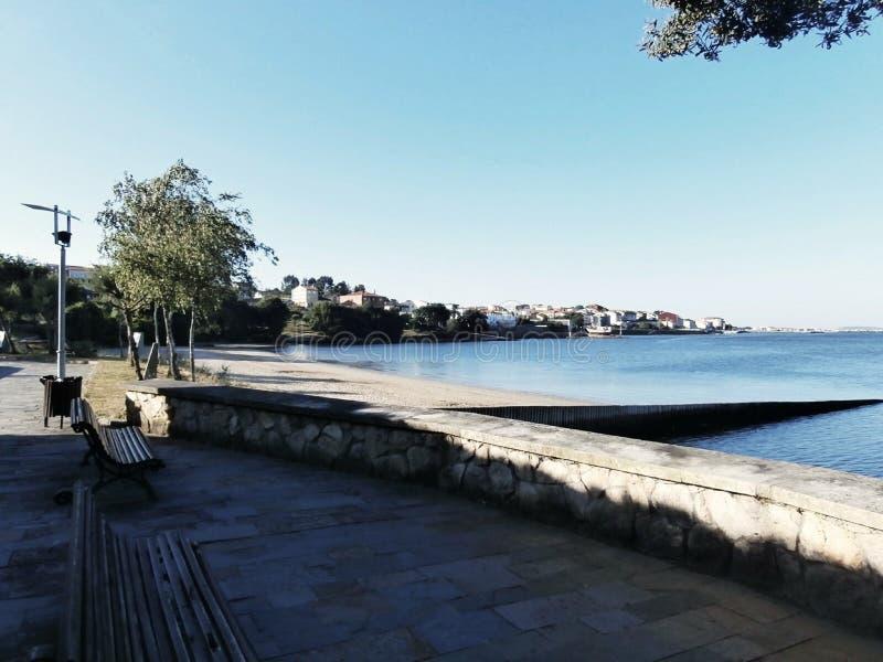 Ruhiger Weg entlang der Promenade Strände zu sehen, Bänke zu sitzen stockbild