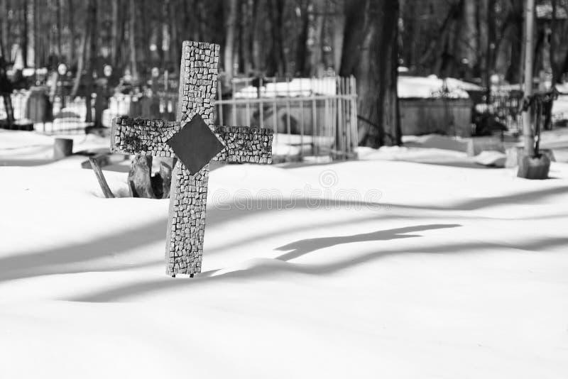Ruhiger weicher Schwarzweiss-religiöser Hintergrund mit einem antiken Kreuz stockbild