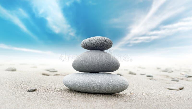 Ruhiger Zen meditiert Hintergrund mit Felsenpyramide lizenzfreies stockbild
