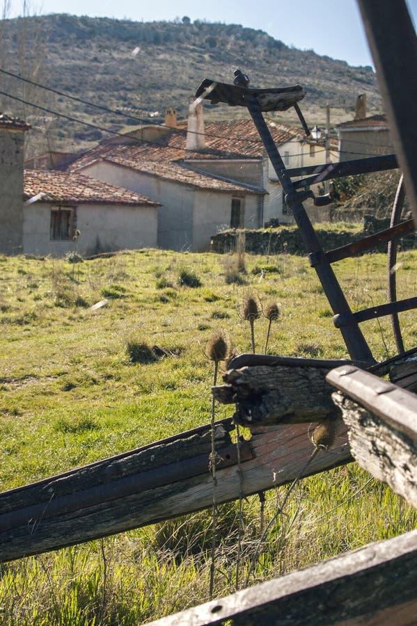 Ruhiges altes Dorf gesehen von einem alten Wagen lizenzfreie stockfotos