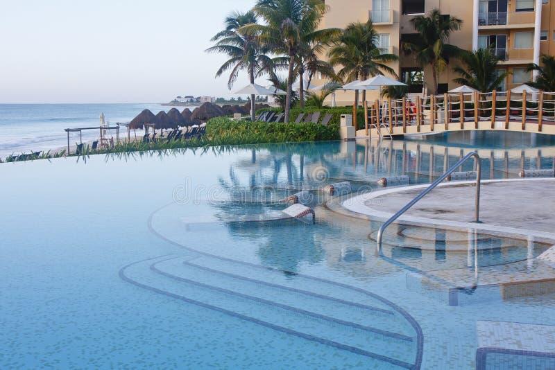 Ruhiges blaues Pool durch Dawn Beach lizenzfreie stockbilder