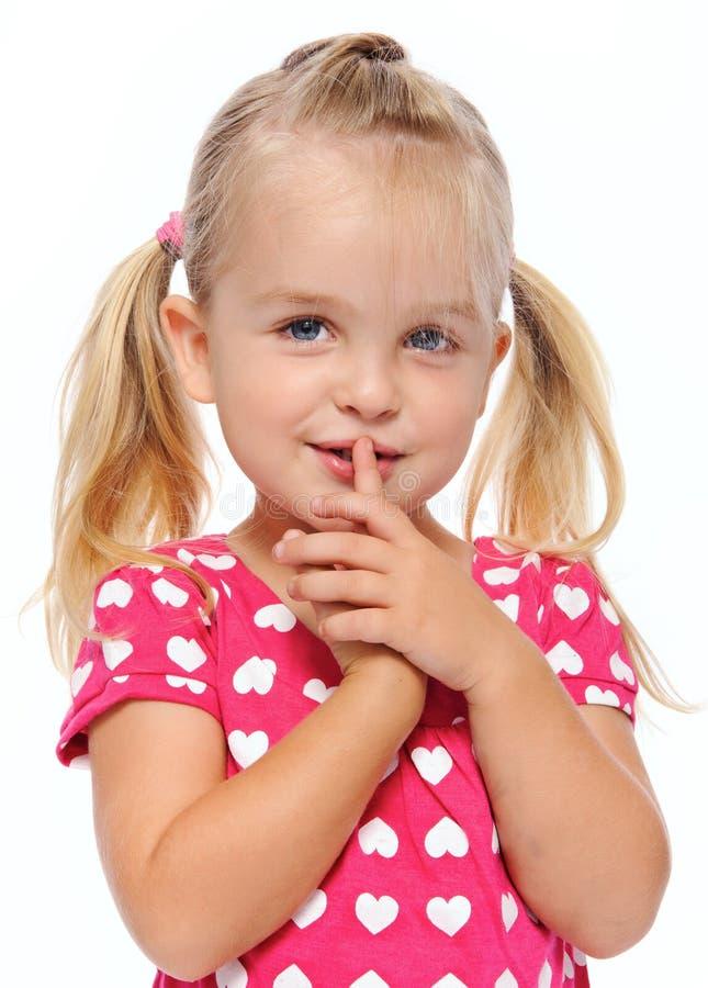 Ruhiges Mädchen mit dem Finger auf Lippen stockfotos