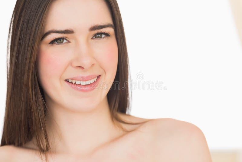 Ruhiges nacktes Mädchen, das Kamera betrachtet lizenzfreie stockfotografie