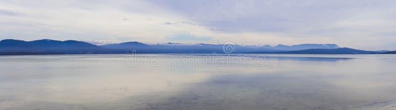 Ruhiges Panorama Minimalistic des Wassers und der Berge, Tasmanien stockfoto
