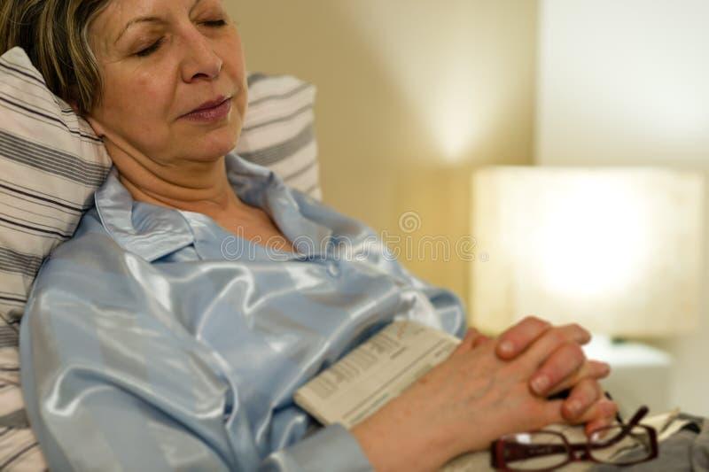 Ruhiges Porträt der schlafenden alten Frau stockbild