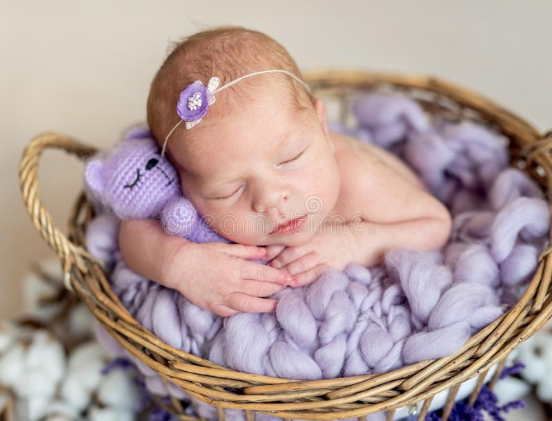 Ruhiges schl?friges neugeborenes mit Spielzeug lizenzfreie stockfotos