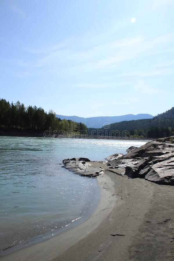 Ruhiges Stauwasser des Gebirgskalten sauberen Flusses Katun lizenzfreies stockfoto