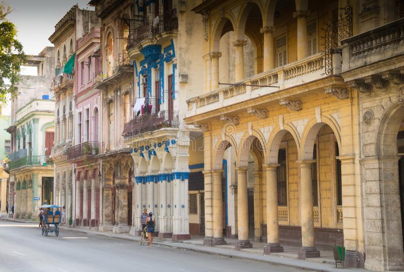 Ruhiges Straßenbild von Havana, Kuba unter der Kolonialarchitektur stockbild
