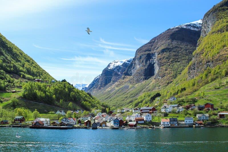 Ruhiges und ruhiges Dorf an der Küste des Sogne-Fjords, Norwegen stockfoto