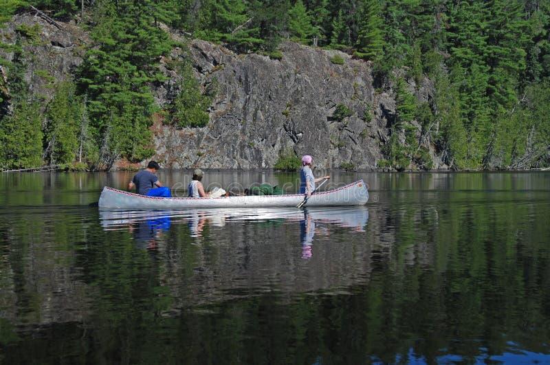 Ruhiges Wasser im Kanu-Land stockfotos