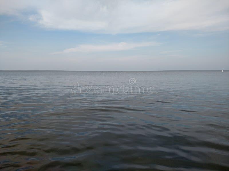 Ruhiges Wasser, Meerblick und blauer Himmel stockfoto
