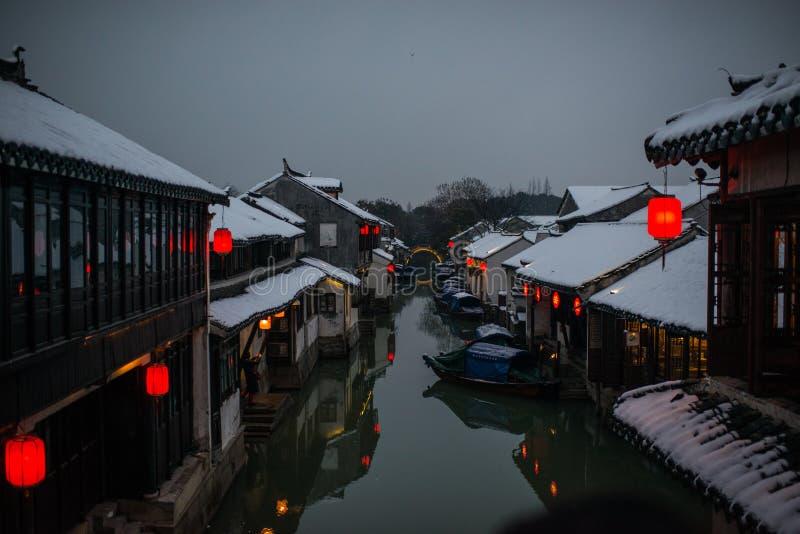 Ruhiges Wasser-Stadtdorf Chinas altes in der Schneedunkelheit, Zhouzhuang, Suzhou lizenzfreie stockfotos