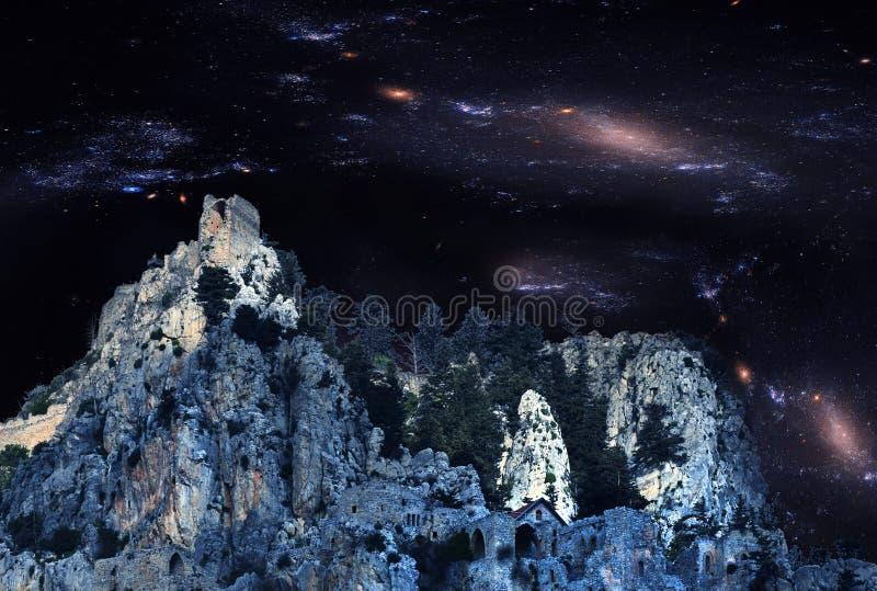 Ruiins spettrali del castello della st Hilarion immagine stock