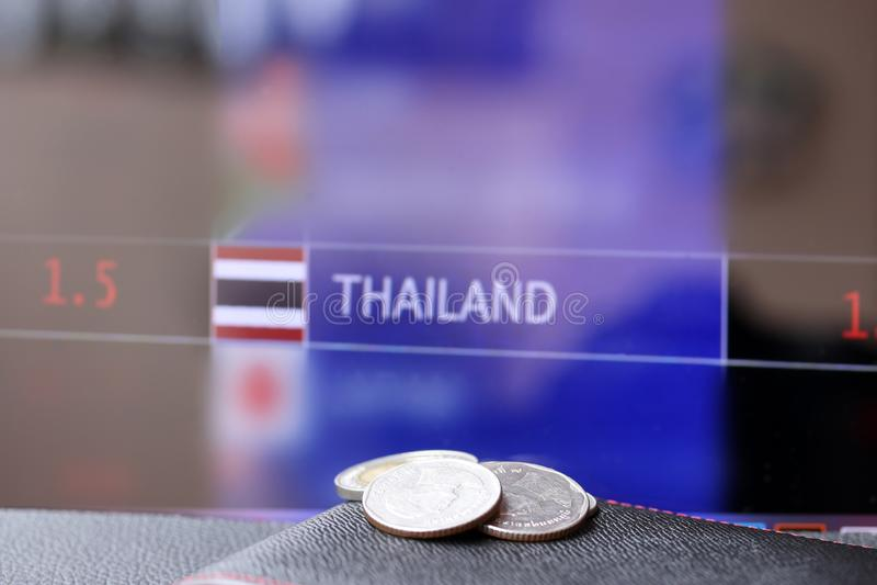 Ruilen twintig Baht Thaise muntstukken één tien twee muntstukken van vijf op zwarte portefeuille op zwarte vloer en digitale raad royalty-vrije stock afbeeldingen