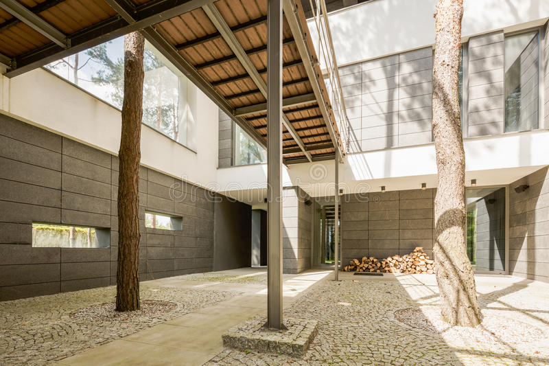 Ruim terras in modern huis royalty-vrije stock foto