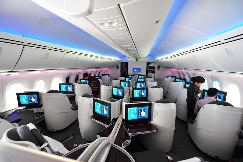 Ruime commerciële klassencabine van Qatar Airways Boeing 787-8 Dreamliner in Singapore Airshow royalty-vrije stock afbeelding